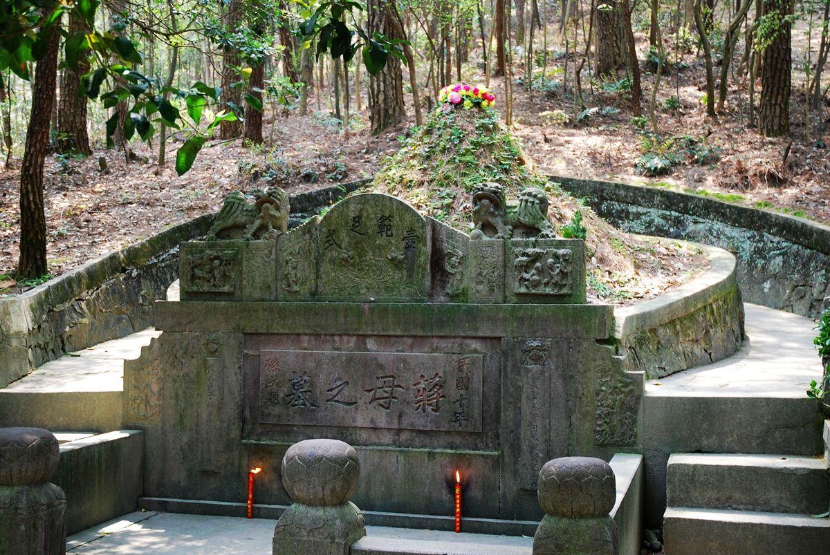 蒋介石大陆祖坟,打开后发现棺材一直未落地,为啥?
