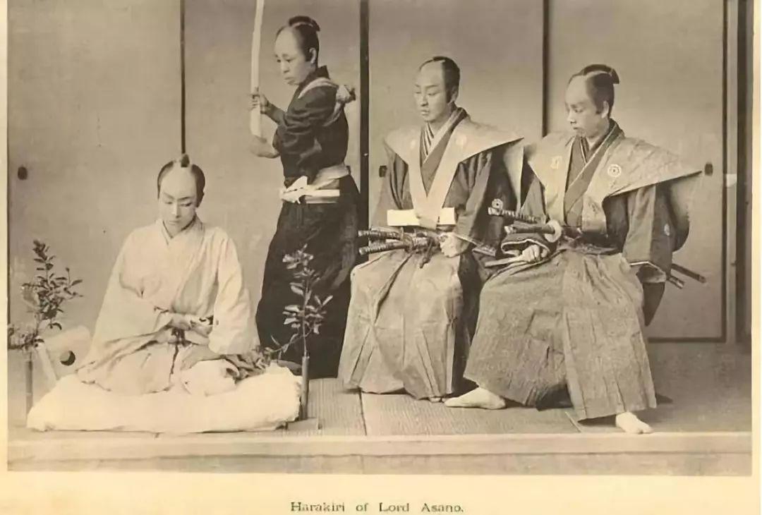 日本武士为什么要带两把刀?真是一把砍人一把切腹吗?
