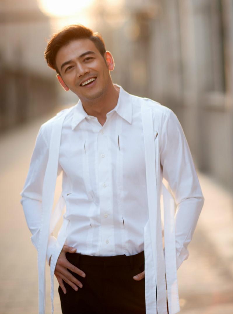 现代风两个男的图片_2015年8月获得第十七届华鼎奖中国近代电视剧最佳男演员奖.
