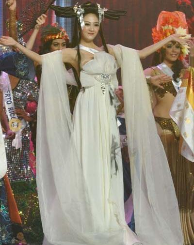 袁思怡在大赛中演绎礼服 高清图片