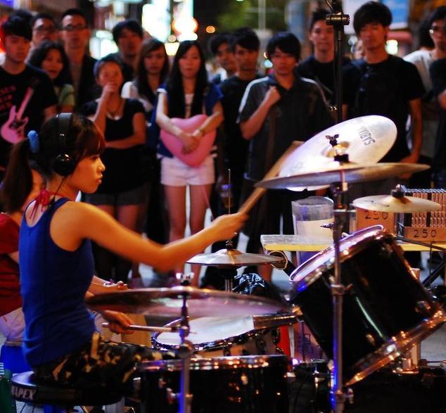 那位街头打鼓的女生――陈曼青