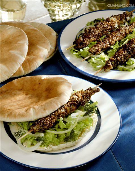 羊肉串在沙拉和皮塔饼卷
