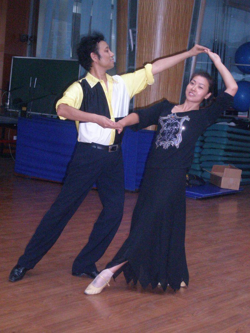 交际舞慢三花样_文艺 新节拍精英社交舞俱乐部 > 交际舞起源发展        慢三最简单的