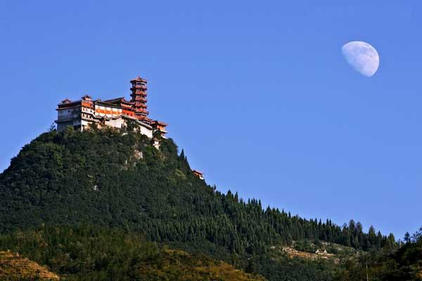 被誉为江南八小佛教名山的丹霞山坐落在盘县水塘镇附近的高清图片