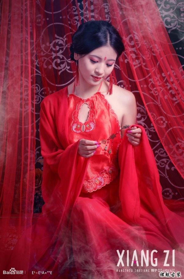 古装美女艺术照之红颜肚兜图片
