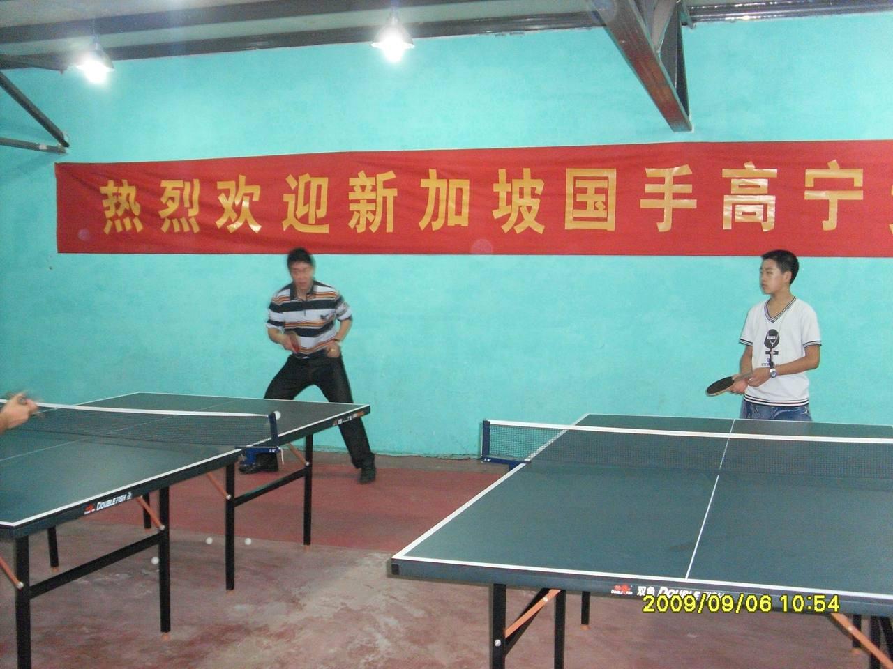 6新加坡乒乓手宁来到我县乒乓球俱乐部