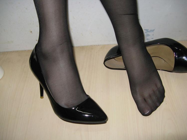 妹妹的丝袜脚小�_不劫财劫色脱鞋捏脚舔丝袜,恋脚狂怎么这样?