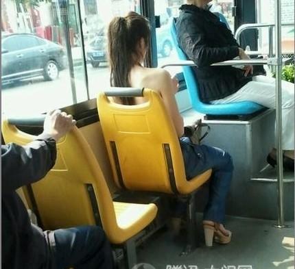 公交车上这美女穿衣服了吗
