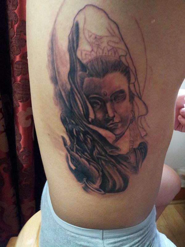 男人侧肋纹身图案分享展示图片
