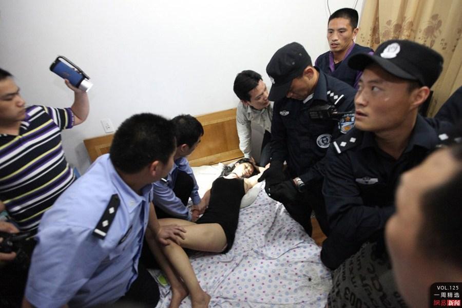 民警当众撕破女子内衣搜品