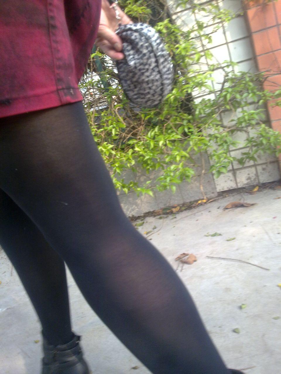 操丝袜白领_姐姐的丝袜昨天在阳台晒,我偷偷摸摸,被她看到了,问我