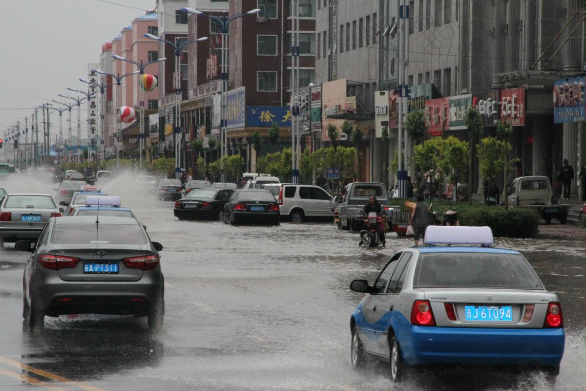 下雨时的乾安县图片