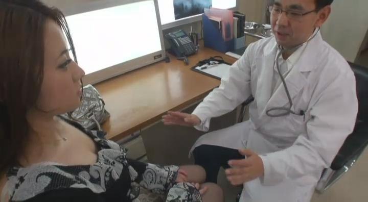 猥琐医生开始劝说美女同意让他用手检查