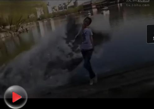 【┈━T☆⒉中】一位美女在湖边玩耍被鳄鱼活吞