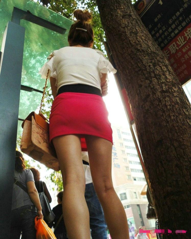 短裙抄底图片图片大全 黑木耳短裙被人抄底了图片