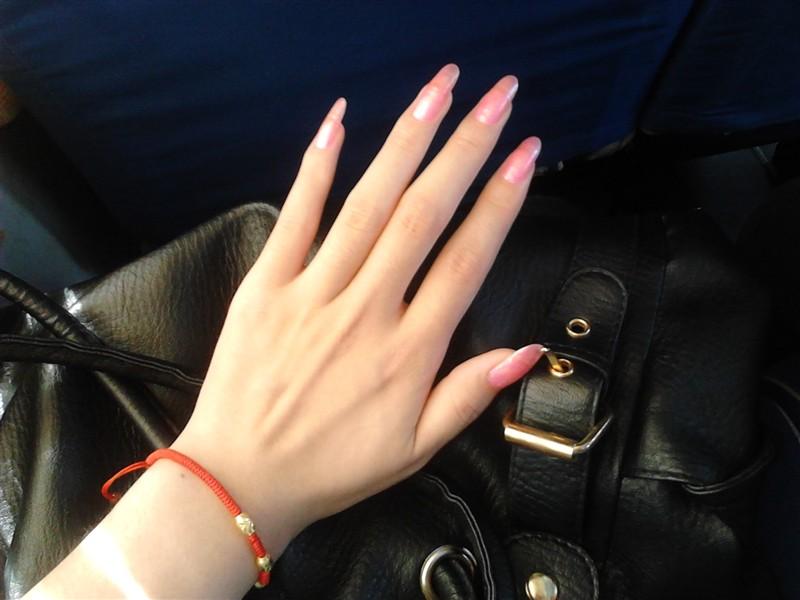公交车大胆问美女拍的指甲照