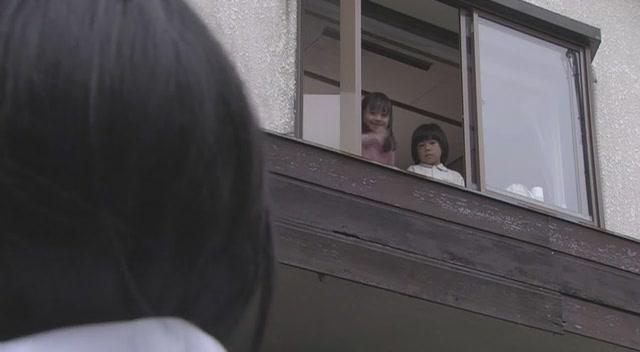 笑眯眯地向女主挥手说再见,但是亚雪却面无表情—— -日本恐怖片