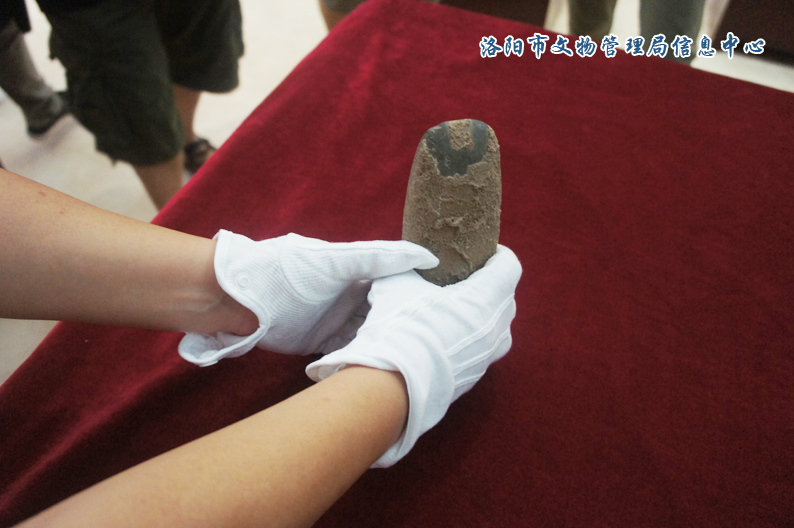 陈建明捐赠的石斧,洛阳情结摄.   昨日上午,洛阳博物馆举...