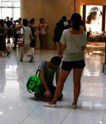 男人下跪不起 小姑娘闷头玩iphone图