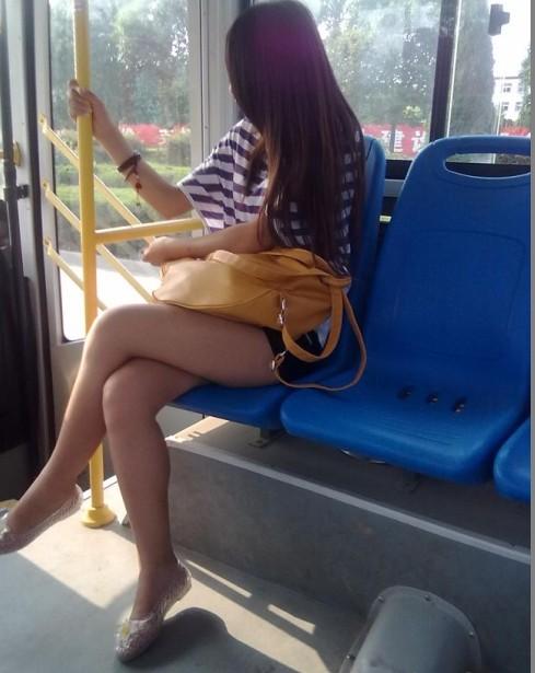 女人在车上露腿