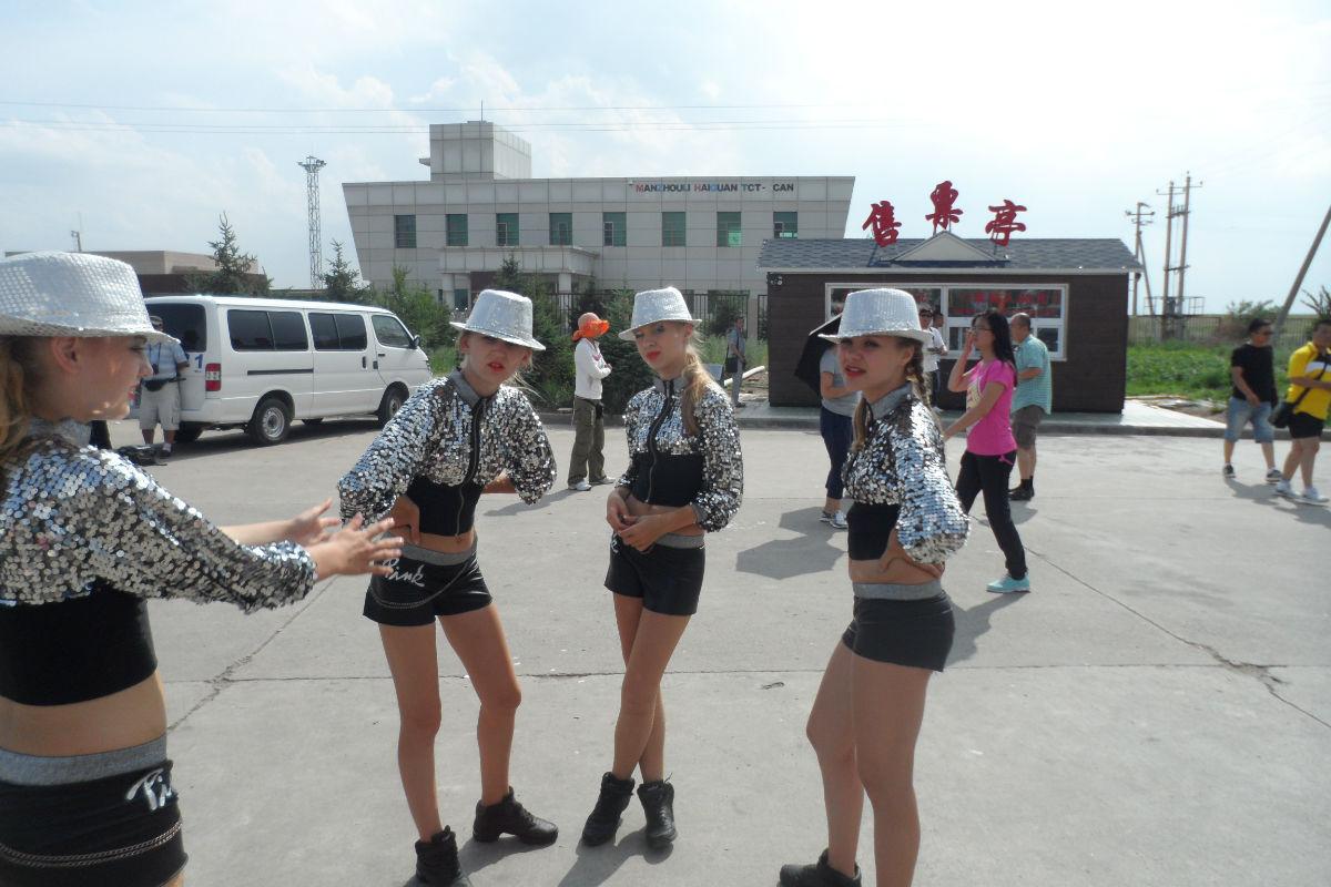 原创图片:在中俄边境与俄罗斯女孩合影