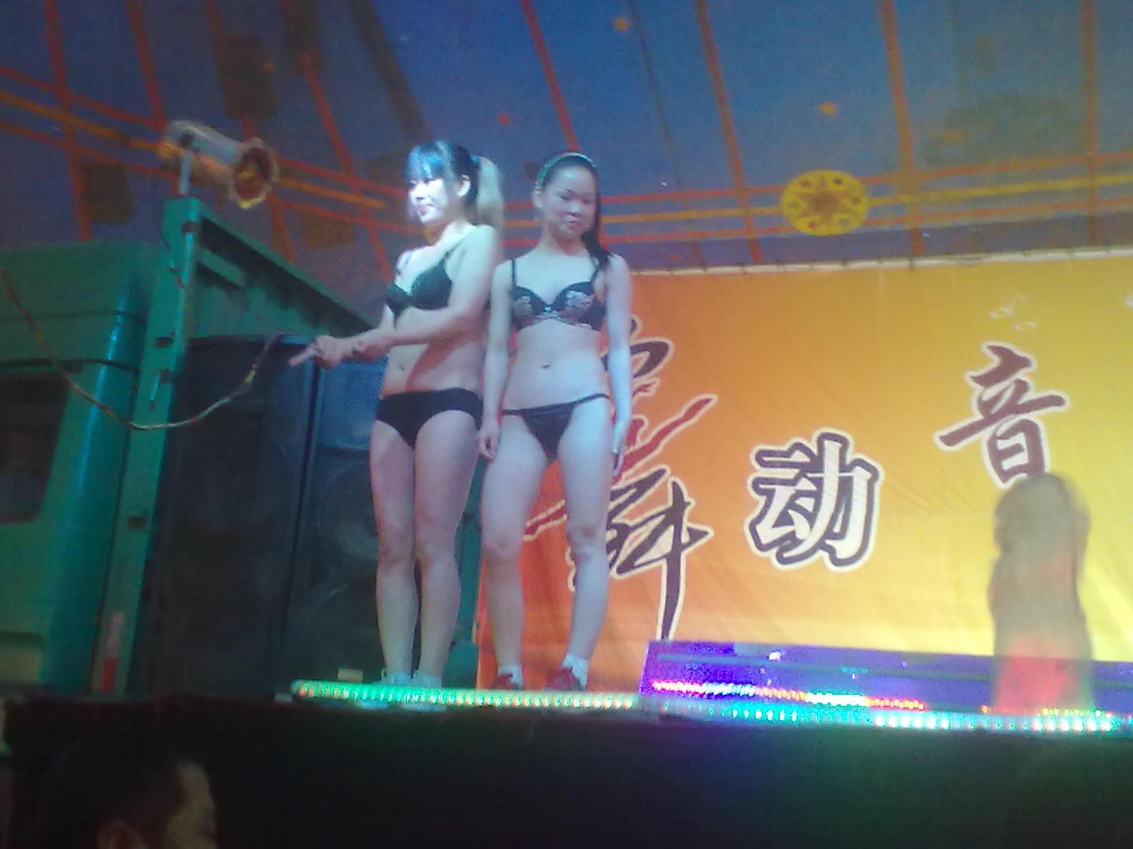 大棚歌舞团惊艳表演