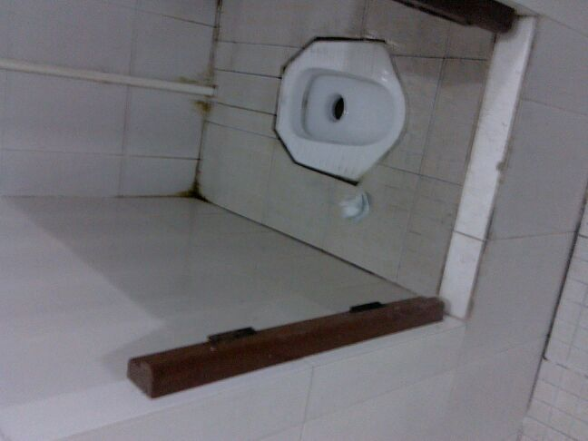 美女去男厕所
