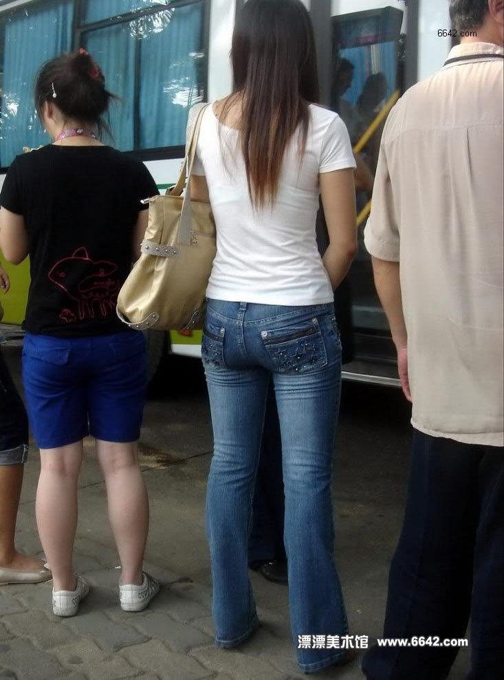 等车的紧身牛仔裤女孩