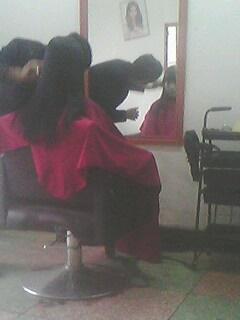 美女在理发店剪头发的图片展示图片