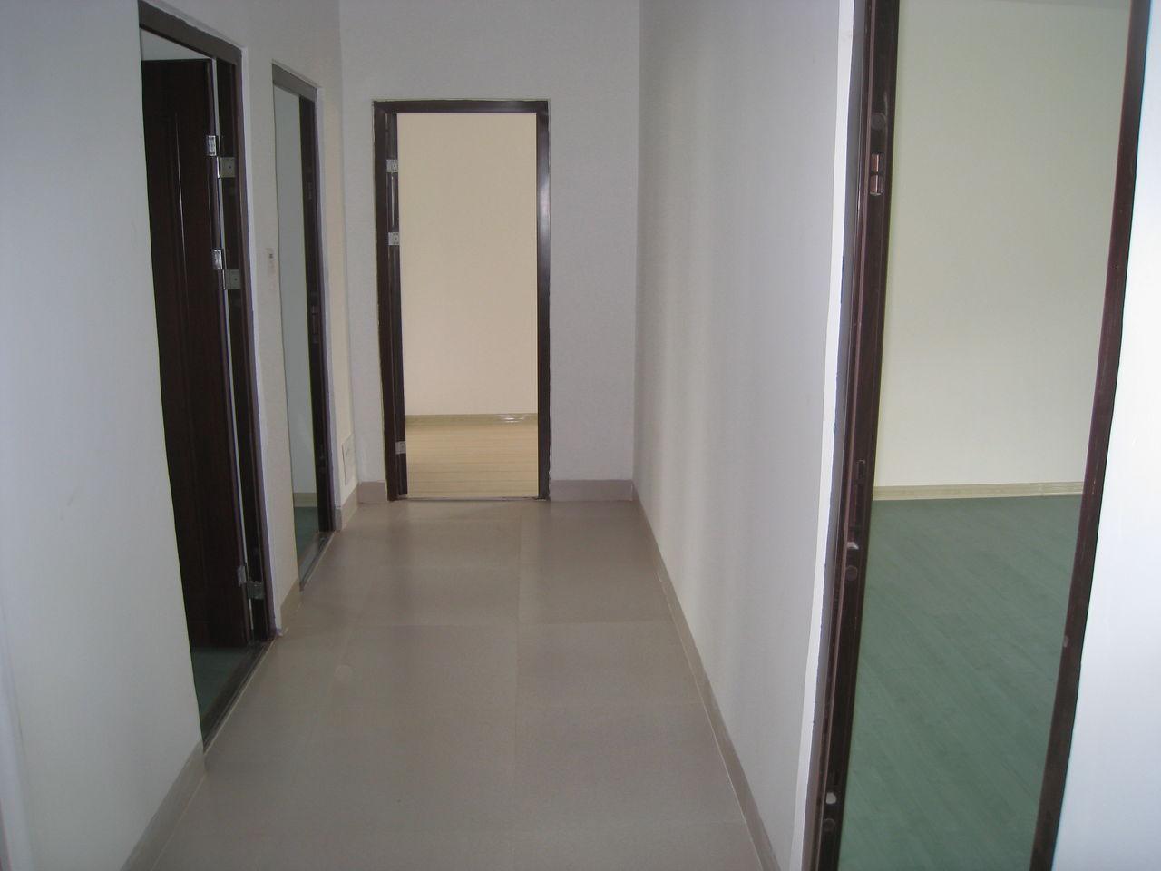 效果图,分成四间每间约35平方,独立卫生间,阳台房间一角宽大的高清图片