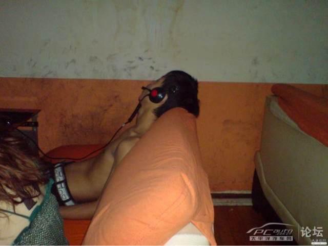 在网吧睡觉的图