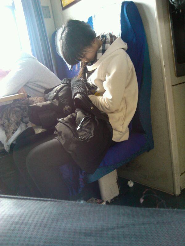 火车上美女睡姿图片 火车上千姿百态的美女睡姿图片