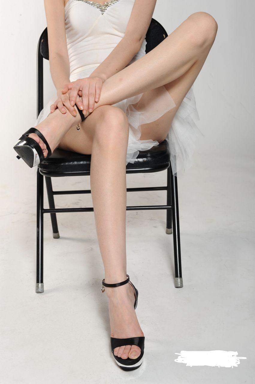 有女生这样跷二郎腿的图片吗?