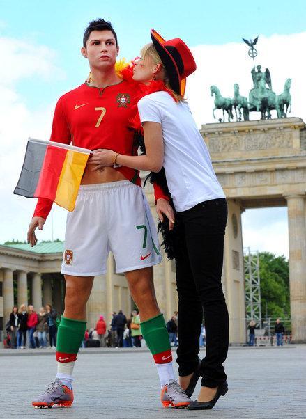 【图片】c罗竟惨遭德国女球迷袭胸