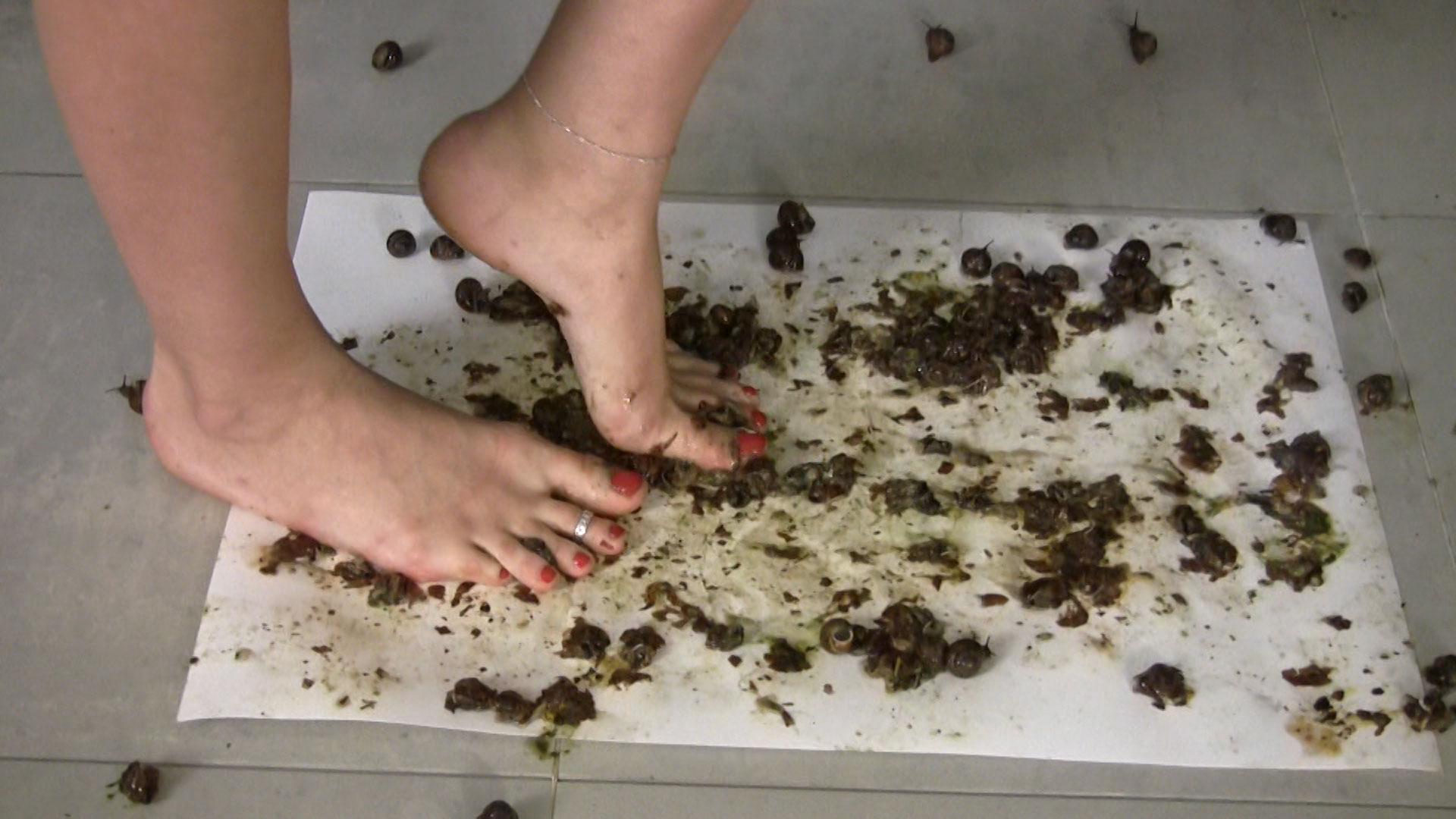 【踩害虫】||美女踩虫子||美女消灭害虫