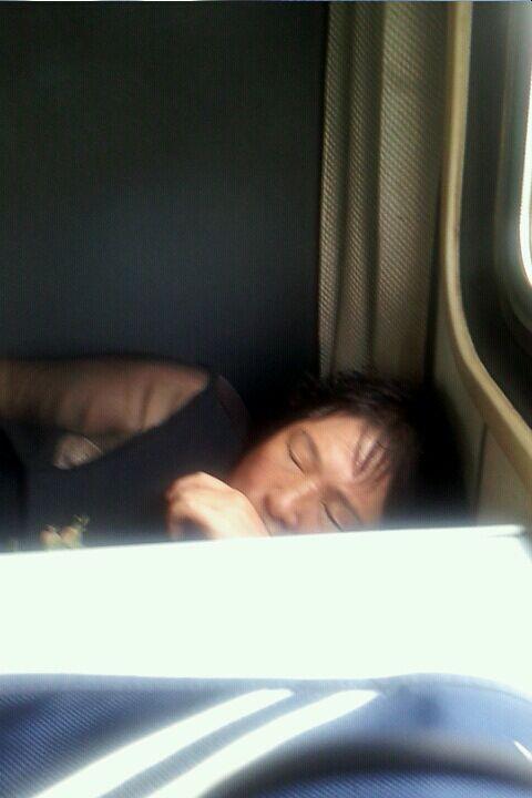 在火车上偷拍美女成功!皮肤超好!正在睡觉