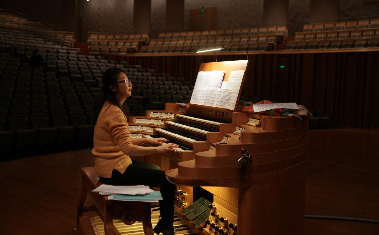管风琴上演奏的照片图片