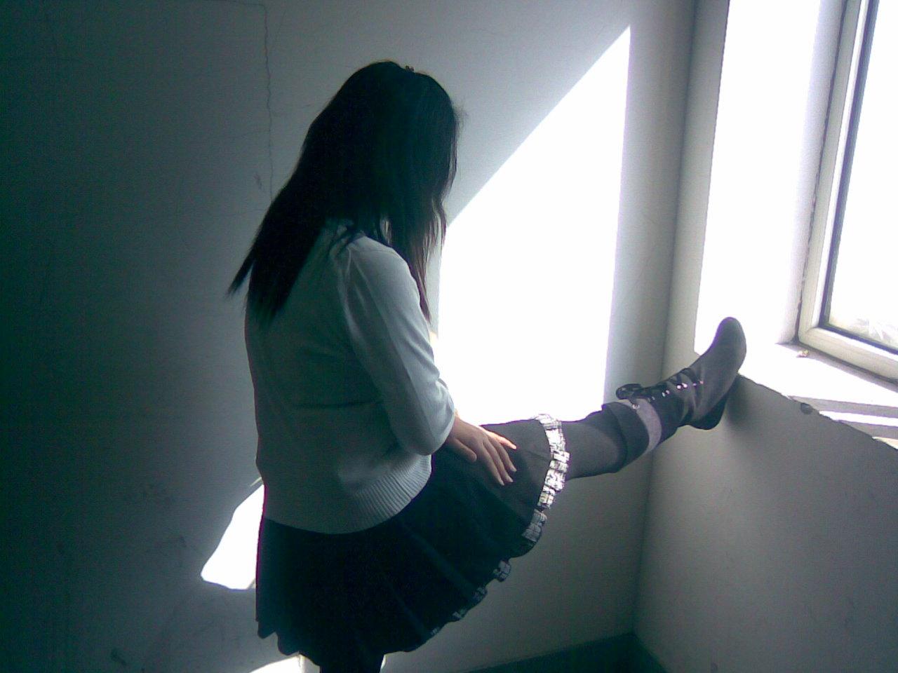 脱掉死亡女生的靴子捏脚是抢救方法还是变态行为?