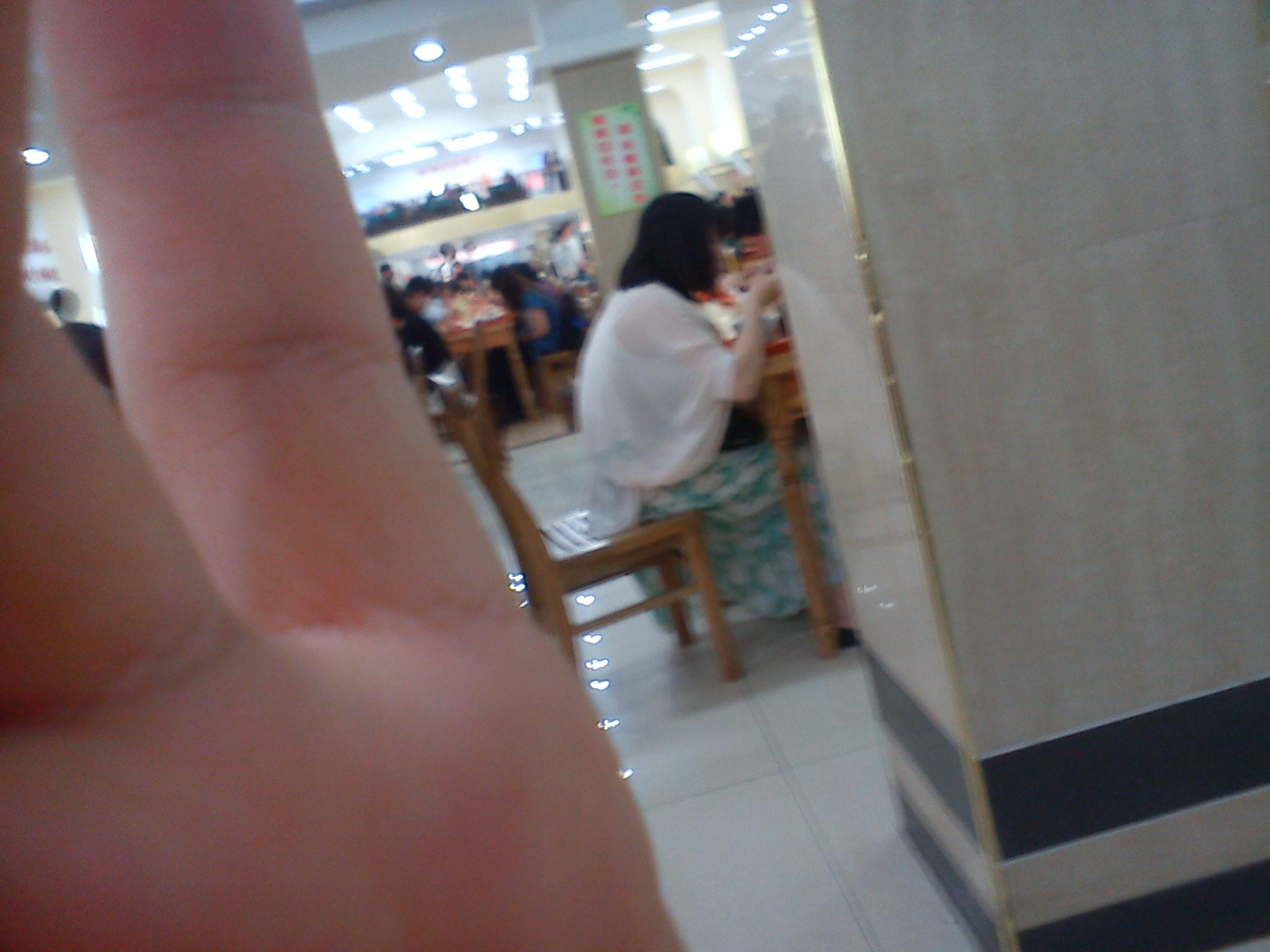 食堂有个女生在胸罩外面穿个薄纱就来吃饭了