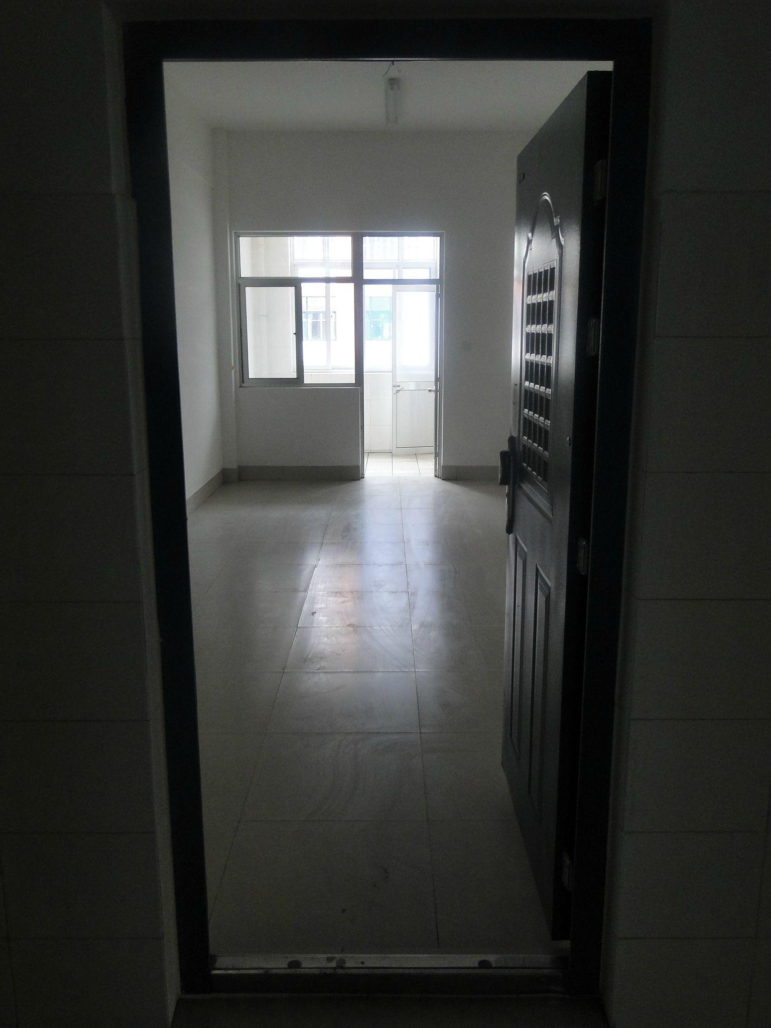 公寓楼:啊呀卧槽!宿舍就是好,独立厕所,3个灯,两个吊扇,8个插高清图片