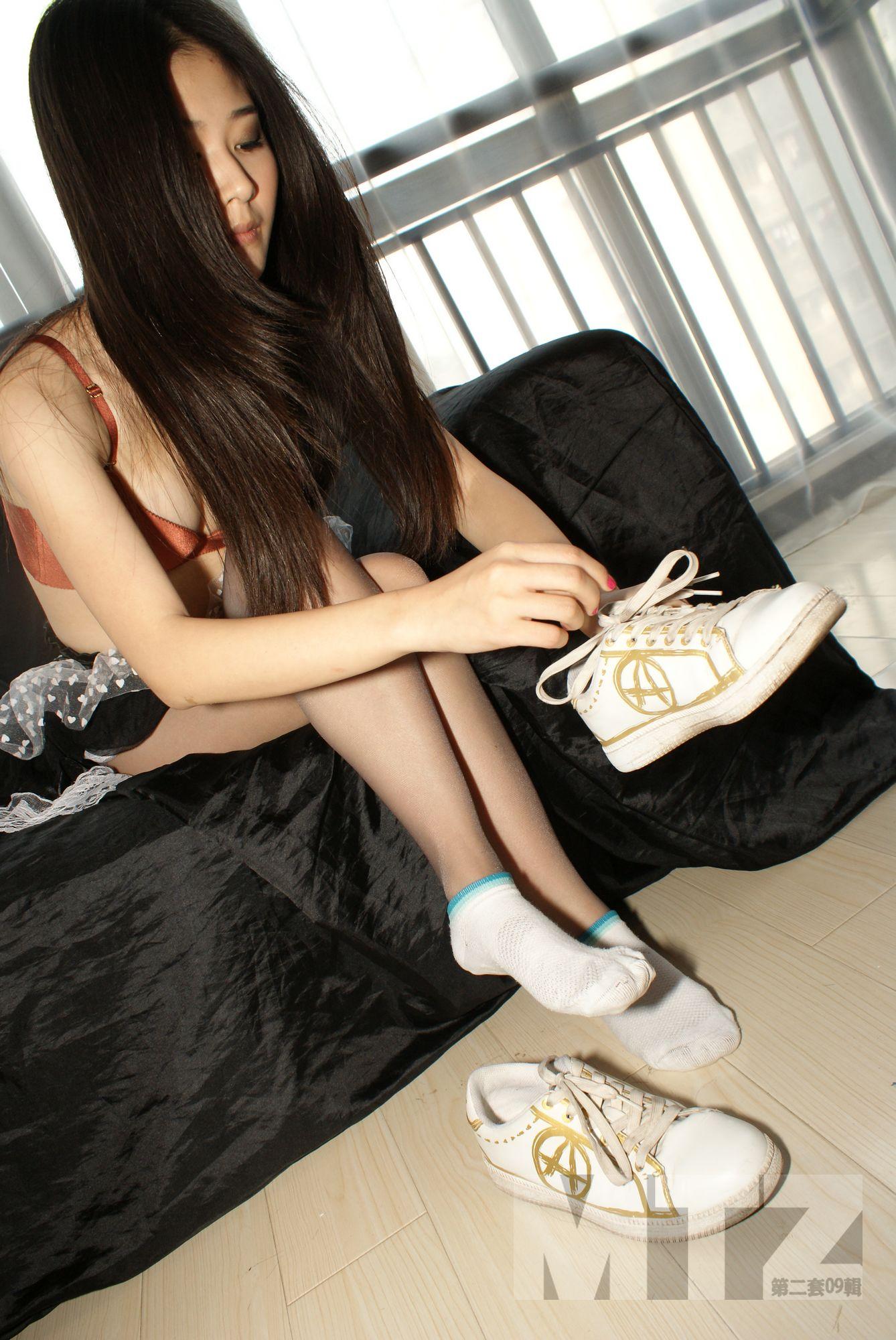 黑丝袜女生运动鞋白袜白棉袜美女棉袜脚  竖