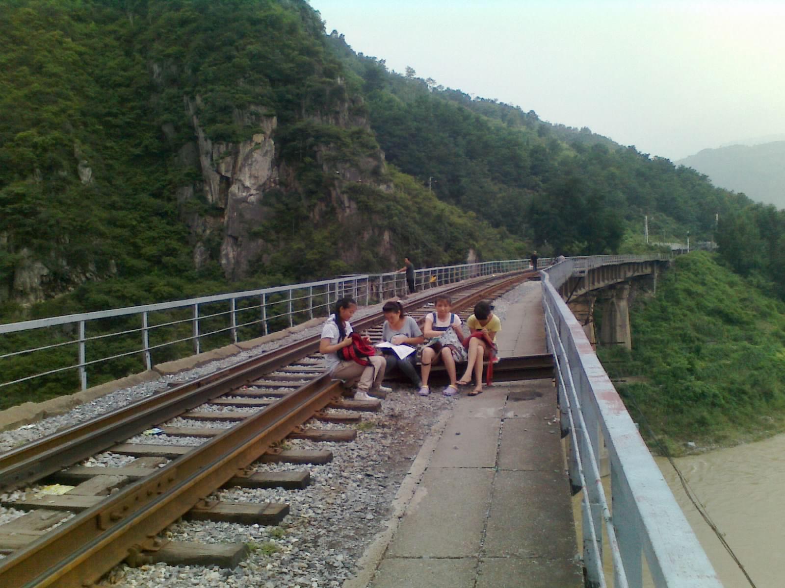 在火车轨道上学习,这四个小女生是肿么了 略阳一中吧 百度贴吧