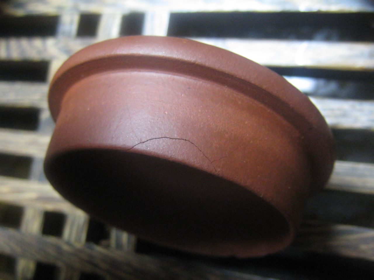 小石瓢非常称心,放在茶盘经常把玩结果被女儿看到,过来鉴赏-高清图片