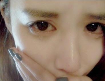 发张女朋友的哭泣的照片