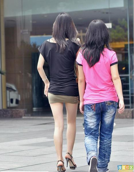 你有见过更紧的包臀超短裙吗?