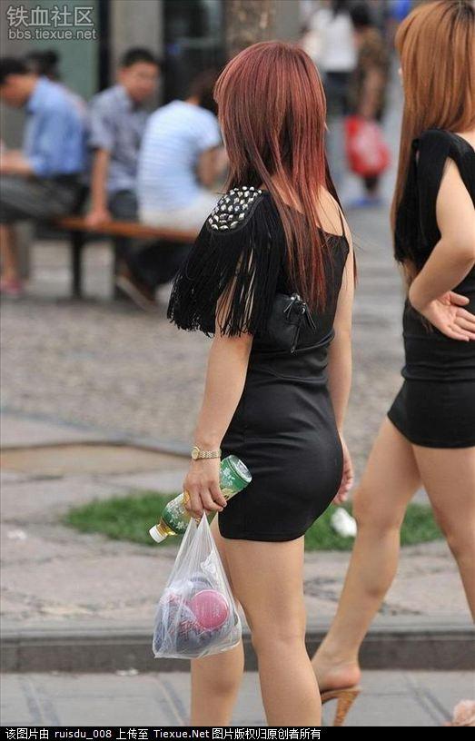 街拍黑色紧身裙女孩