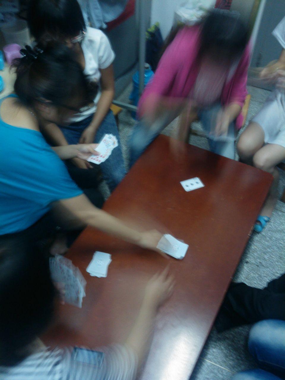 今晚几女人聚一起通宵打牌