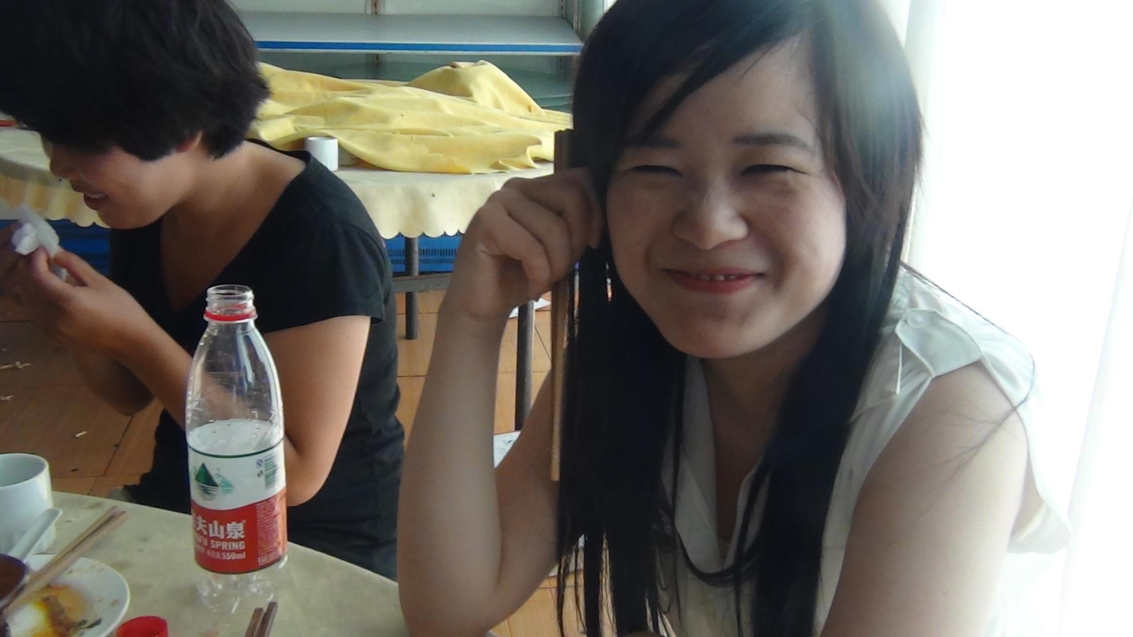 看看这个美女笑的真甜