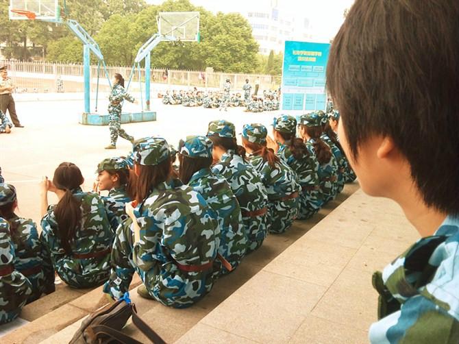 以下为浩浩在学校军训时的照片!