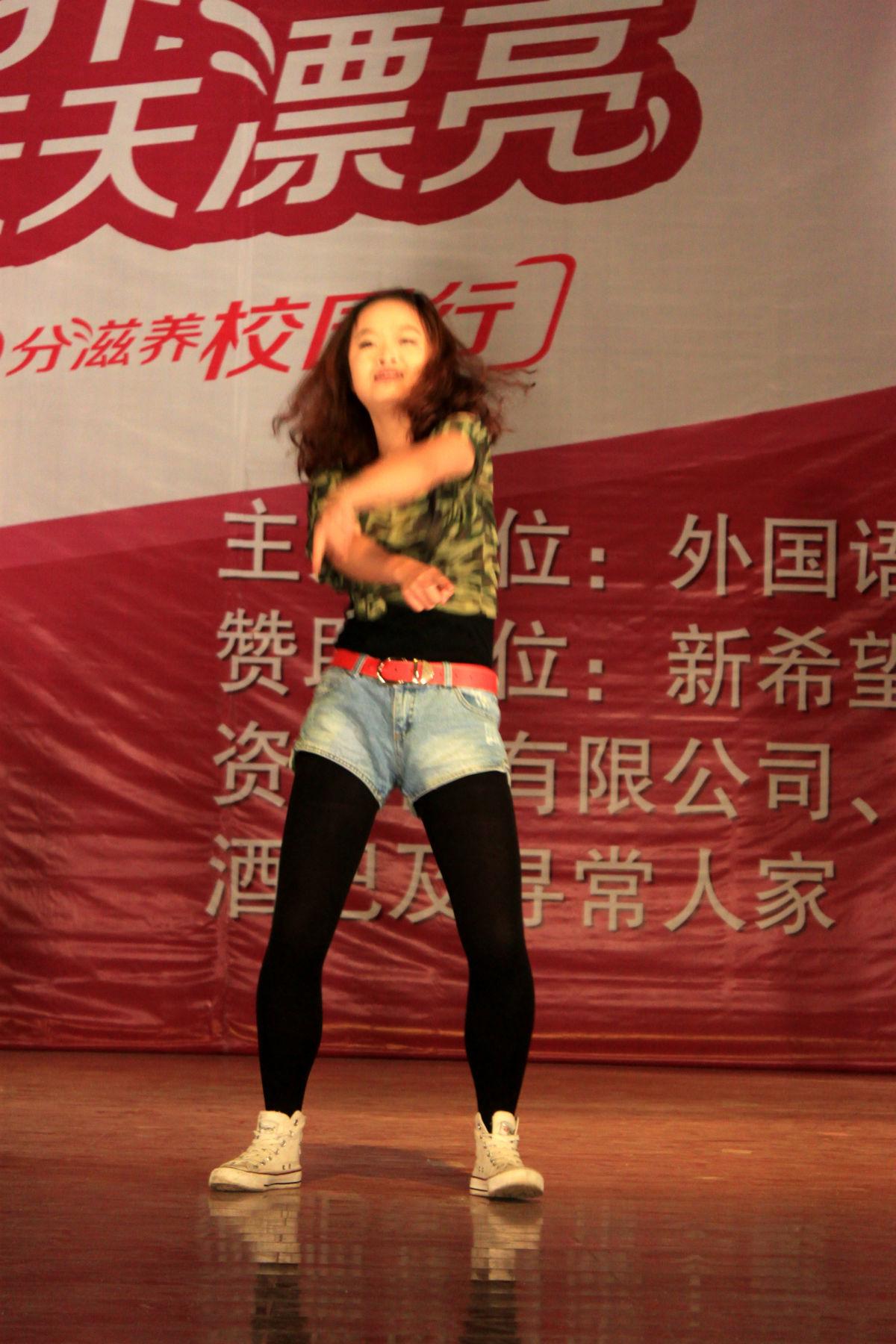 求外语系晚会跳江南style的老师名字